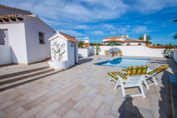Зона отдыха у бассейна. Испания, Мораира : Красивая вилла расположенная в тихом жилом районе на склоне холма, 2 спальни, 2 ванные комнаты, частный бассейн,WIFI