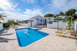 Бассейн. Испания, Мораира : Красивая вилла расположенная в тихом жилом районе на склоне холма, 2 спальни, 2 ванные комнаты, частный бассейн,WIFI