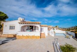 Вид на виллу/дом снаружи. Испания, Мораира : Красивая вилла расположенная в тихом жилом районе на склоне холма, 2 спальни, 2 ванные комнаты, частный бассейн,WIFI