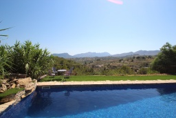 Вид. Испания, Бенисса : Коттедж для отдыха в средиземноморском стиле с красивым садом из оливковых деревьев и частным бассейном, 2 спальни, ванная комната, камин
