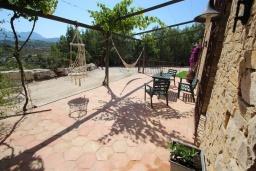 Терраса. Испания, Бенисса : Коттедж для отдыха в средиземноморском стиле с красивым садом из оливковых деревьев и частным бассейном, 2 спальни, ванная комната, камин