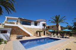 Вид на виллу/дом снаружи. Испания, Мораира : Стильная вилла расположенная в тихом жилом районе на живописном склоне холма, частный бассейн, 2 спальни, 2 ванные комнаты, кондиционеры