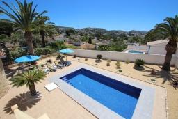 Бассейн. Испания, Мораира : Стильная вилла расположенная в тихом жилом районе на живописном склоне холма, частный бассейн, 2 спальни, 2 ванные комнаты, кондиционеры