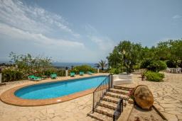 Зона отдыха у бассейна. Испания, Теулада : Усадьба расположенная на вершине холма с панорамным видом на море и частным бассейном, 5 спален, 3 ванные комнаты, кондиционер, WIFI