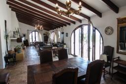 Обеденная зона. Испания, Теулада : Усадьба расположенная на вершине холма с панорамным видом на море и частным бассейном, 5 спален, 3 ванные комнаты, кондиционер, WIFI