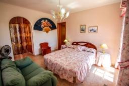 Спальня. Испания, Кальпе : Просторная вилла расположена в тихом жилом районе с частным бассейном и видом на море и Кальпе, 3 спальни, 2 ванные комнаты, WIFI