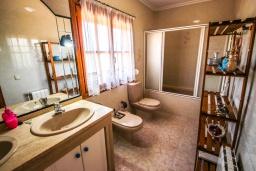 Ванная комната. Испания, Кальпе : Просторная вилла расположена в тихом жилом районе с частным бассейном и видом на море и Кальпе, 3 спальни, 2 ванные комнаты, WIFI
