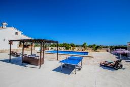 Зона отдыха у бассейна. Испания, Теулада : Впечатляющая усадьба с прекрасным видом на сельскую местность и частным бассейном, 4 спальни, 3 ванные комнаты, барбекю