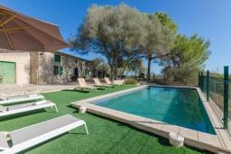 Зона отдыха у бассейна. Испания, Кан-Пикафорт : Аккуратная вилла с частным бассейном, между Синеу и Мария-де-ла-Салют