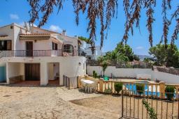 Вид на виллу/дом снаружи. Испания, Мораира : Небольшая красивая вилла расположенная недалеко от центра Морайры с видом на море и частным бассейном, 2 спальни, 1 ванная комната