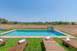 Зона отдыха у бассейна. Испания, Кан-Пикафорт : Прекрасная вилла с частным бассейном, верандой и садом в сельской местности, центр Майорки
