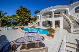 Зона отдыха у бассейна. Испания, Мораира : Уютная вилла расположенная на тупиковой улице недалеко от центра, частный бассейн, 1 спальня, 1 ванная комната