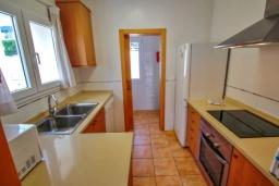 Кухня. Испания, Кальпе : Отличная вилла расположенная в тихом спокойном районе, недалеко от пляжа, частный бассейн, 3 спальни, 1 ванная комната, панорамный вид