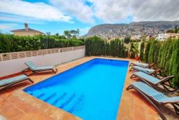 Бассейн. Испания, Кальпе : Отличная вилла расположенная в тихом спокойном районе, недалеко от пляжа, частный бассейн, 3 спальни, 1 ванная комната, панорамный вид