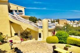 Вид на виллу/дом снаружи. Испания, Бенитачель : Шикарная очень комфортабельная вилла, расположенная в тихом жилом районе на склоне холма, частный бассейн, 4 спальни, 3,5 ванные комнаты, Wi-Fi