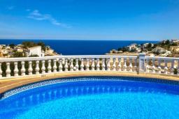 Бассейн. Испания, Бенитачель : Шикарная очень комфортабельная вилла, расположенная в тихом жилом районе на склоне холма, частный бассейн, 4 спальни, 3,5 ванные комнаты, Wi-Fi
