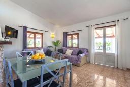 Обеденная зона. Испания, Польенса : Вилла дом для отпуска с кондиционером, рассчитан на проживание до 4 человек с 2 спальнями, 1 ванной комнатой и собственным бассейном.