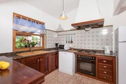Кухня. Испания, Польенса : Вилла дом для отпуска с кондиционером, рассчитан на проживание до 4 человек с 2 спальнями, 1 ванной комнатой и собственным бассейном.