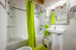 Ванная комната. Испания, Польенса : Уютная вилла с террасой и кондиционерами, 3 спальни, 2 ванных комнаты, WiFi, барбекю