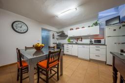 Обеденная зона. Испания, Польенса : Уютная вилла с террасой и кондиционерами, 3 спальни, 2 ванных комнаты, WiFi, барбекю