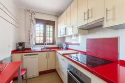 Кухня. Испания, Нерха : Двухэтажная вилла, расположенная в Нерха, Коста-дель-Соль. Вилла имеет три спальни, две ванные комнаты, частный бассейн.
