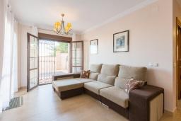Гостиная / Столовая. Испания, Нерха : Двухэтажная вилла, расположенная в Нерха, Коста-дель-Соль. Вилла имеет три спальни, две ванные комнаты, частный бассейн.