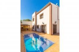 Бассейн. Испания, Нерха : Двухэтажная вилла, расположенная в Нерха, Коста-дель-Соль. Вилла имеет три спальни, две ванные комнаты, частный бассейн.