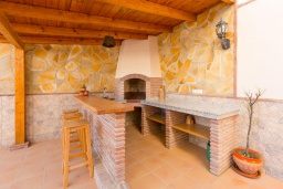 Летняя кухня. Испания, Нерха : Двухэтажная вилла, расположенная в Нерха, Коста-дель-Соль. Вилла имеет три спальни, две ванные комнаты, частный бассейн.