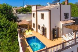 Вид на виллу/дом снаружи. Испания, Нерха : Двухэтажная вилла, расположенная в Нерха, Коста-дель-Соль. Вилла имеет три спальни, две ванные комнаты, частный бассейн.