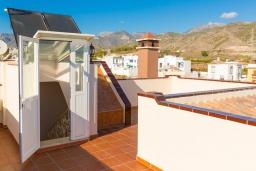 Терраса. Испания, Нерха : Двухэтажная вилла, расположенная в Нерха, Коста-дель-Соль. Вилла имеет три спальни, две ванные комнаты, частный бассейн.
