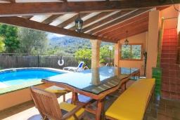 Зона отдыха у бассейна. Испания, Польенса : Вилла расположенная на острове Майорка, оборудован кондиционером, собственный частный бассейн, для размещения до 6 человек с 3 спальнями, 2 ванными комнатами, WiFi