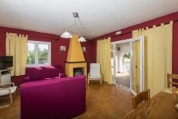 Гостиная / Столовая. Испания,  : Современная вилла для отдыха, вмещает до 6 человек, с 3 спальнями, 2 ванными комнатами и частным бассейном.