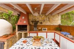 Зона барбекю / Мангал. Испания, Фрихильяна : Небольшая уютная вилла рассчитана на разрешение до 4 человек, частный бассейн, 2 спальни с кондиционерами, 1 ванная комната
