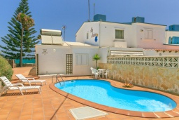 Вид на виллу/дом снаружи. Испания, Фуэртевентура : Солнечная вилла на острове Фуэртевентура на берегу моря, может вместить до 5 человек с 3 спальнями, 2 ванными комнатами, а также отдельным бассейном с подогревом