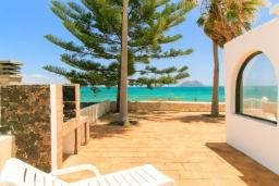 Вид на море. Испания, Фуэртевентура : Солнечная вилла на острове Фуэртевентура на берегу моря, может вместить до 5 человек с 3 спальнями, 2 ванными комнатами, а также отдельным бассейном с подогревом