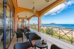Терраса. Испания, Фуэртевентура : Солнечная вилла на острове Фуэртевентура на берегу моря, может вместить до 5 человек с 3 спальнями, 2 ванными комнатами, а также отдельным бассейном с подогревом