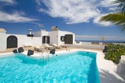 Бассейн. Испания, Лансароте : Уютная современная вилла на испанском острове Лансароте может вместить до 6 человек с 3 спальнями, 3 ванными комнатами, а также отдельным бассейном с подогревом и видом на море