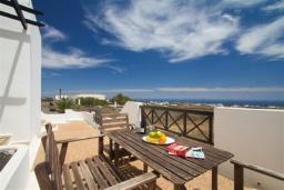 Терраса. Испания, Лансароте : Уютная современная вилла на испанском острове Лансароте может вместить до 6 человек с 3 спальнями, 3 ванными комнатами, а также отдельным бассейном с подогревом и видом на море
