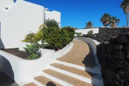 Вход. Испания, Лансароте : Уютная современная вилла на испанском острове Лансароте может вместить до 6 человек с 3 спальнями, 3 ванными комнатами, а также отдельным бассейном с подогревом и видом на море