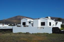 Вид на виллу/дом снаружи. Испания, Лансароте : Уютная современная вилла на испанском острове Лансароте может вместить до 6 человек с 3 спальнями, 3 ванными комнатами, а также отдельным бассейном с подогревом и видом на море