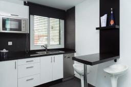 Кухня. Испания, Лансароте : Современные апартаменты для отдыха, расположены испанском острове Лансароте, можно разместиться до 5 человек, с 2 спальнями, 2 ванными комнатами, WiFi интернет