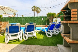 Зона отдыха у бассейна. Испания, Порт де Алькудия : Красивая вилла для отдыха расположенная на испанском острове Майорка, с 3 спальнями, 1 ванной комнатой и собственным бассейном.
