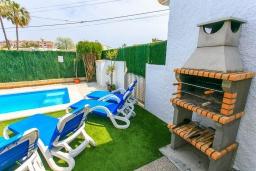 Зона барбекю / Мангал. Испания, Порт де Алькудия : Красивая вилла для отдыха расположенная на испанском острове Майорка, с 3 спальнями, 1 ванной комнатой и собственным бассейном.