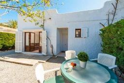 Обеденная зона. Испания, Порт де Алькудия : Красивая вилла для отдыха расположенная на испанском острове Майорка, с 3 спальнями, 1 ванной комнатой и собственным бассейном.