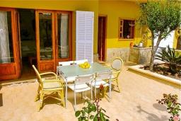 Обеденная зона. Испания, Кан-Пикафорт : Идеальная вилла для отдыха в Кан-Пикафорте на испанском острове Майорка, оборудована кондиционерами, 3 спальни, 2 ванные комнаты, собственный бассейн