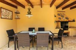 Терраса. Испания, Кан-Пикафорт : Идеальная вилла для отдыха в Кан-Пикафорте на испанском острове Майорка, оборудована кондиционерами, 3 спальни, 2 ванные комнаты, собственный бассейн
