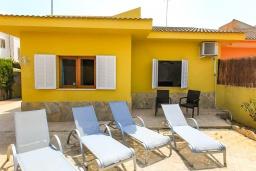 Зона отдыха у бассейна. Испания, Кан-Пикафорт : Идеальная вилла для отдыха в Кан-Пикафорте на испанском острове Майорка, оборудована кондиционерами, 3 спальни, 2 ванные комнаты, собственный бассейн
