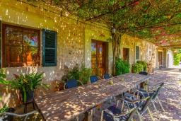 Терраса. Испания, Польенса : Красивая вилла на испанском острове Майорка с частным бассейном, террасой и садом, 4 спальни, 3 ванные комнаты