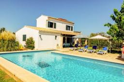 Вид на виллу/дом снаружи. Испания, Польенса : Отдельно стоящая вилла для отдыха на испанском острове Майорка, с 3 спальнями, 3 ванными комнатами и собственным бассейном.