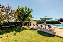 Зона отдыха у бассейна. Испания, Польенса : Отдельно стоящая вилла для отдыха на испанском острове Майорка, с 3 спальнями, 3 ванными комнатами и собственным бассейном.